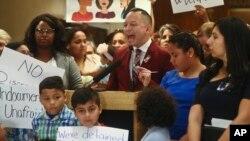 El representante estatal Carlos Guillermo Smith se expresa en contra de las Proyectos de Separación de Familias HB 527 y SB 168 durante una conferencia de prensa en el Capitolio de Florida el martes 23 de abril de 2019 en Tallahassee.