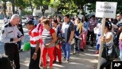 Cubanos esperan por visas en la Oficina de Intereses Estadounidenses en La Habana.