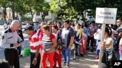 設在哈瓦那的美國利益辦公處門外排起長隊,數十人等候申請美國簽證。