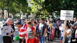 Dân Cuba xếp hàng nộp hồ sơ xin visa sang Mỹ.