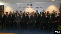 Para menteri keuangan negara-negara APEC berfoto bersama dalam pertemuan di Nusa Dua, Bali (20/9). (VOA/Muliarta)