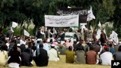 Sinh viên Đại học Nangarhar tụ tập giương cờ Taliban và Nhà nước Hồi giáo ở Jalalabad, Afghanistan, ngày 08/11/2015.