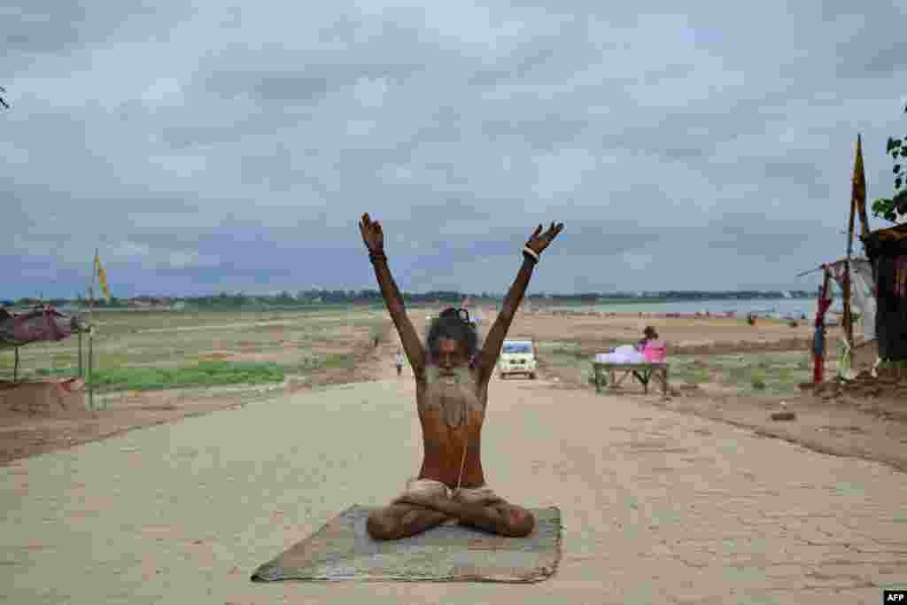 បព្វជិតម្នាក់ហាត់យូហ្គានៅចំណុចប្រសព្វគ្នានៃទន្លេ Ganges ទន្លេ Yamuna និងទន្លេ Saraswati នៅក្នុងក្រុង Allahabad ប្រទេសឥណ្ឌា កាលពីថ្ងៃទី២០ ខែមិថុនា ឆ្នាំ២០២០។