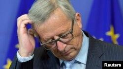 ປະທານຄະນະກຳມະທິການ ຢູໂຣບ ທ່ານ Jean-Claude Juncker ຈັດກອງປະຊຸມຖະແຫລງຂ່າວ ໃນຂະນະທີ່ ຕ້ອນຮັບ ທ່ານ Mario Monti, ປະທານ ຂອງກຸ່ມ High Level Group on Own Resources, ຢູ່ທີ່ສຳນັກງານໃຫຍ່ ໃນນະຄອນ Brussels, Belgium, ວັນທີ 1 ກໍລະກົດ 2015.