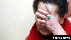 유중근 대한적십자사 총재가 28일 서울 양천구에 있는 이산가족 유선비 할머니 댁을 위로 방문한 가운데, 대화를 나누던 중 할머니가 눈물을 흘리고 있다.