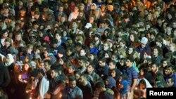 Mahalliy matbuotning yozishicha, 23 yoshli Dia Barakat, uning rafiqasi, 21 yoshli Yusor Abu Salha va singlisi, 19 yoshli Razan Abu Salhaning dafn marosimiga minglab odamlar kelgan.
