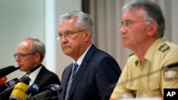 Bộ trưởng Nội vụ Joachim Herrmann (giữa) gặp gỡ giới truyền thông ở Ansbach, Đức, ngày 25 tháng 7 năm 2016.