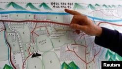 지난 2월 스위스 제네바에서 북한 수용소 감독원 출신 탈북자 김혜숙 씨가 그린 정치범 수용소 그림을 유엔 관계자가 설명하고 있다.