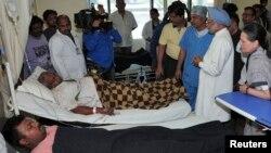 مانموهان سینگ، نخست وزیر و سونیا گاندی، دبیرکل حزب کنگره هند، در بیمارستان با مجروح شدگان حمله ملاقات کردند.