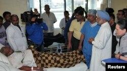 PM India Manmohan Singh (dua dari kanan) dan Sonia Gandhi (kanan), ketua Partai Kongres yang berkuasa di India, menjenguk para korban serangan yang diduga dilakukan oleh kelompok Maois, di sebuah rumah sakit di wilayah timur Raipur (26/5).