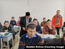 Ketua PBNU Robikin Emhas datang dan berbicara dengan sejumlah warga Muslim-Uighur di Pusat Pelatihan dan Pendidikan Vokasi, di Kashgar, Xinjiang, 18 Februari 2019. (Foto: Robikin Emhas/PBNU)