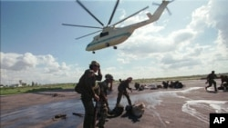 Troops loyal to Cambodian Second Prime Minister Hun Sen take cover as a Soviet-made Mi26 helicopter which deployed them takes off in Siem Reap province, (file photo).