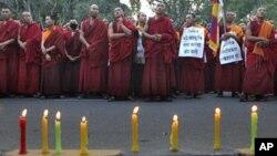 Các tăng sĩ Tây Tạng lưu vong ở New Delhi tham gia buổi đốt nến cầu nguyện, bày tỏ tình đoàn kết với nhân dân Tây Tạng ở quê nhà đang chịu thống khổ