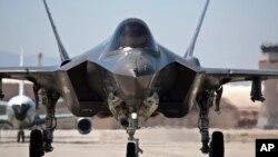 지난해 12월 미국 에드워드 공군 기지에서 F-35 전투기가 이륙 준비를 하고 있다.