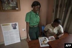 Les agents d'immigration du Ghana jettent un coup d'œil sur une bande dessinée illustrant les dangers de la migration illégale au Centre d'information sur les migrations de Sunyani, Brong-Ahafo, le 4 mai 2018.