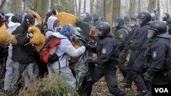 Los activistas se enfrentaron con la policía en las proximidades de la estación donde fueron depositados los residuos nucleares.