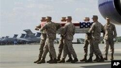 Tim Marinir mengangkat peti jenazah Sersan Joseph H.Fankhauser dalam upacara militer di Pangkalan Angkatan Udara Dover, Delaware (25/4). Sedikitnya 80 tentara NATO telah dibunuh anggota pasukan keamanan Afghanistan sejak Mei 2007.