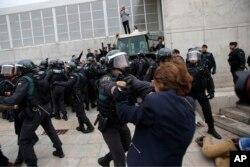Civilna garda udaljava ljude od ulaza u sportski centar koji je vlada Katalonije odredila kao glasačko mesto