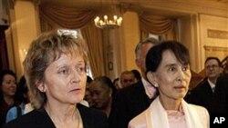 14일 스위스 베른 기자회견장에서 만난 에벌린 비드머슐룸프 스위스 대통령(왼쪽)과 버마의 민주화 운동가 아웅산 수치 여사.