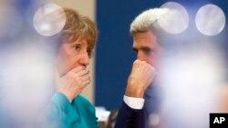 El secretario de Estado, John Kerry (derecha) conversa con la representante de la UE, Catherine Ashton, durante una reunión de la OTAN en Bruselas.