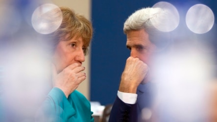 Bà Catherine Ashton (trái) nói với các phóng viên là Anh, Trung Quốc, Pháp, Đức, Nga và Hoa Kỳ sẽ có những cuộc thảo luận về chương trình hạt nhân của Iran.
