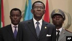 Le président équato-guinéen Teodoro Obiang Nguema (au centre)