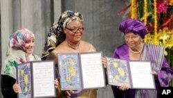 ທ່ານນາງ Tawakkol Karman (ຊ້າຍ) ຈາກປະເທດເຢເມນ ທ່ານນາງ Leymah Gbowee ຈາກໄລບີເຣຍ (ກາງ) ແລະ ທ່ານນາງ Ellen Johnson-Sirleaf ປະທານາທິບໍດີ ໄລບີເຣຍ ໄດ້ຮັບລາງວັນໂນເບລຂະແໜງ ສັນຕິພາບປະຈຳປີ 2011 ທີ່ປະເທດນໍເວ ໃນວັນເສົາທີ 10 ທັນວາ, 2011.