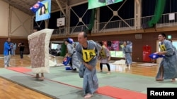 Para peserta bertanding dalam Kejuaraan Perang Bantal di Ito, Jepang, 25 Mei 2019.