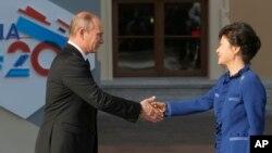 블라디미르 푸틴 러시아 대통령과(왼쪽) 박근혜 한국 대통령이 지난 2013년 9월 주요 20개국(G20) 정상회의가 열린 러시아 상트페테르부르크에서 만나 악수하고 있다.