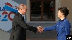 블라디미르 푸틴 러시아 대통령과(왼쪽) 박근혜 한국 대통령이 지난 9월 주요 20개국(G20) 정상회의가 열린 러시아 상트페테르부르크에서 만나 악수하고 있다.