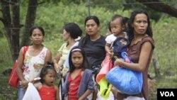 Warga FIlipina berhamburan keluar rumah saat gempa berskala 6.7 mengguncang Dumaguete, pusat Filipina (6/12).