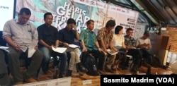 Sejumlah perwakilan LSM saat menyampaikan proyeksi 5 tahun ke depan kebebasan berpendapat dan berekspresi Indonesia di Jakarta, Kamis, 17 Oktober 2019. (Foto: Sasmito Madrim/VOA)