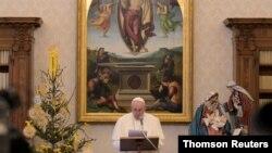 罗马天主教教宗元旦中午时分在梵蒂冈宗座宫图书馆主持诵念三钟经祈祷活动。(2021年1月1日)