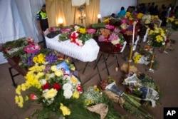 Kovčeg poginulog prekriven cvećem, u granu San Huan Altotenango, Gvatamala, 4. juna 2018.