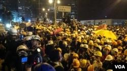香港市民前往包圍政府總部與警察衝突