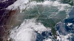 Gambar satelit yang dirilis oleh Badan Kelautan dan Udara (NOAA) AS menunjukkan badai Nicholas di pesisir Texas pada 13 September 2021. (Foto: Handout/RAMMB/NOAA/NESDIS/AFP)