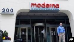 ຊາຍຄົນນຶ່ງຢືນຢູ່ທາງນອກຕຶກຂອງບໍລິສັດ Moderna, Inc., ໃນວັນທີ 18 ພຶດສະພາ, 2020 ໃນເມືອງ Cambridge ຂອງລັດ ແມັຊຊາຈູແຊັສທີ່ໄດ້ປະກາດວ່າ ການທົດລອງຢາວັກຊິນກັນໄວຣັສໂຄໂຣນາ ທີ່ມີຜົນເປັນໄປໄດ້ສູງ