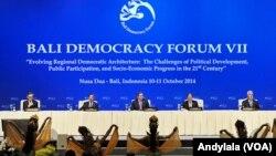 """Presiden SBY membuka konferensi """"Bali Democracy Forum"""" di Nusa Dua Bali, 10 Oktober 2014 (Foto: VOA/Andylala)"""