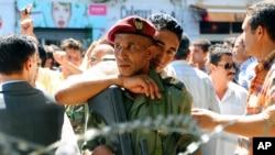 Un officier de police tunisien fraternise avec un soldat des vagues de manifestations appelées printemps arabe à Tunis, 8 septembre 2011.