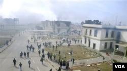 Gedung pasukan keamanan Libya di Benghazi terbakar, Senin (21/2). Demonstran mengklaim telah menguasai kota terbesar kedua di Libya itu.