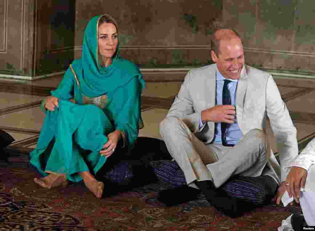 بادشاہی مسجد لاہور کے دورے میں شہزادہ پرنس ولیم اور ان کی اہلیہ کی مسجد میں فرشی نشست۔ کیٹ پاکستانی لباس زیب تن کیے ہوئے ہیں۔