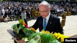 El canciller argentino Héctor Timerman coloca una ofrenda durante la ceremonia en la que se recordó el Holocausto, en Yad Vashem, Jerusalén.