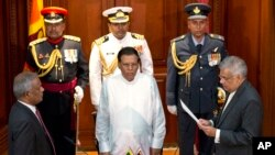 Ranil Wickremesinghe (kanan) diambil sumpahnya disaksikan oleh Presiden Sri Lanka Maithripala Sirisena (tengah) di Colombo, Sri Lanka (21/8).