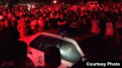余姚水災災民圍堵採訪車並與警察衝突(民生觀察圖片)