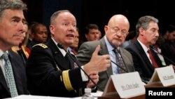 Генерал Кит Александр (второй слева) в комитете Конгресса США. Вашингтон, округ Колумбия. 29 октября 2013 г.