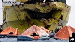 """""""聖托馬斯-阿奎納斯""""號渡輪與""""蘇皮希歐快遞7號""""貨輪在離海岸約2公里的地方相撞。"""