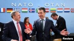 NATO Genel Sekreteri Rasmussen Brüksel'de Ukrayna Dışişleri Bakanı Andrii Deşitsia ile görüşürken