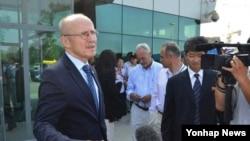 윌프리드 렘케 유엔 스포츠 특별보좌관이 6일 북한 평양에 도착해 인터뷰를 하고 있다.
