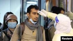 抵达利雅得的旅客在哈利德国王国际机场接受沙特卫生官员检测体温。(2020年1月29日)