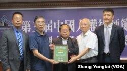 研究六四事件學者吳仁華2019年7月7日(左二)代表唐荊陵律師接受中國人權律師獎 (美國之音張永泰拍攝)